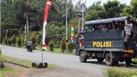 Truk TNI/Polri dikerahkan untuk membantu mengevakuasi atau mengantar pulang 1.000-an orang massa aksi demo yang sejak semalam menduduki kantor Gubernur Papua. (Liputan6.com/Katharina Janur)
