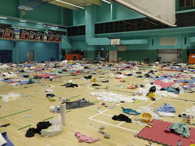 Barang-barang milik pengunjuk rasa ditinggalkan di gimnasium Universitas Politeknik di Hong Kong (21/11/2019). Sekelompok kecil pengunjuk rasa masih menolak untuk meninggalkan Universitas Politeknik Hong Kong dimana pihak kepolisian telah melakukan pengepungan. (AP Photo/Vincent Thian)