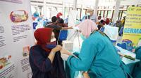 Nampak salah seorang warga tengah melaksanakan vaksinasi Covid-19 yang dilaksanakan IKA Unpad, di Pendopo, Garut, Jawa Barat. (Liputan6.com/Jayadi Supriadin)