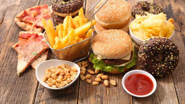 Awas 5 Benda Menjijikkan Ini Pernah Ditemukan Dalam Makanan Cepat