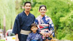 Meski bersama kedua anaknya, anak perempuan Nindy Ayunda tidak ingin berganti pakaian kimono. Alhasil hanya mereka bertiga yang berfoto, yaitu bersama suami Askara Parasady Harsono dan anak laki-lakinya Abhirama Danendra Harsono. (Liputan6.com/IG/@nindyparasadyharsono)