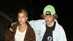 Hailey dan Justin pun pernah memilih outfit 90an untuk kencan. Lihat deh betapa kece keduanya! (Backgrid/USWeekly)