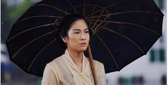Meski memiliki darah Jawa, Dian Sastrowardoyo banyak mengalami kesulitan hidup berperan sebagai gadis Jawa, apalagi hidup dilingkungan keraton. Di film biopik Kartini, ia berperan sebagai RA. Kartini. (Instagram/ legacy.pictures)