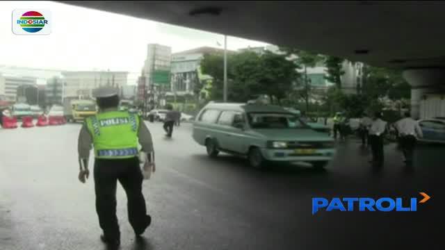 Pengendara motor berselisih dengan petugas gabungan TNI-Polri dan Dinas Perhubungan karena tak terima dirazia.