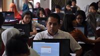 Beberapa peserta tes CPNS serius melakukan simulasi sistem tes seleksi CPNS berbasis online di Jakarta, (20/8/2014). (Liputan6.com/Miftahul Hayat)