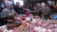 Disperindag Tangerang Selatan memeriksa daging ayam saat sidak menjelang bulan Ramadan di pasar kawasan BSD, Selasa (15/5). Sidak dilakukan bersama BPOM Banten, Polres Tangsel, Dinas Kesehatan dan Dinas Ketahanan Pangan Tangsel. (Merdeka.com/Arie Basuki)