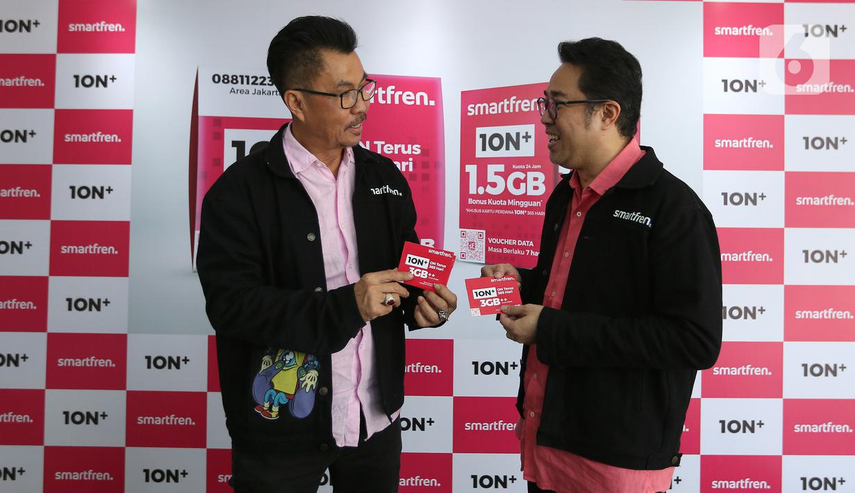Deputy CEO Smartfren, Djoko Tata Ibrahim (kiri) dan Chief Brand Officer Smartfren, Roberto Saputra, berbincang pada peluncuran kartu perdana 10N+ di Galeri Smartfren, Jakarta, Selasa (17/3/2020). Kartu 10N+ juga memberikan benefit aktivasi 3GB. (Liputan6.com/Fery Pradolo)
