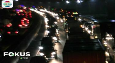 Meningkatnya volume kendaraan serta menyempitnya ruas jalan tol akibat proyek jalan tol layang Jakarta-Cikampek membuat laju kendaraan padat merayap.