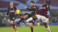 Pemain Liverpool, Nathaniel Phillips, berebut bola dengan pemain West Ham United, Michail Antonio, pada laga Liga Inggris di Stadion London, Minggu (31/1/2021). Liverpool menang dengan skor 3-1. (Justin Setterfield/Pool via AP)