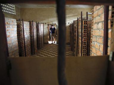 Seorang wisatawan memasuki ruang penjara Khmer Merah Tuol Sleng yang kini menjadi Museum Genosida di Phnom Penh, (5/8/2014). (REUTERS/Damir Sagolj)
