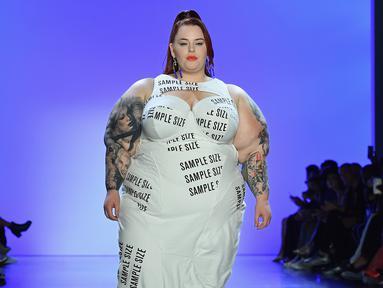 Tess Holliday, model dan aktivis bertubuh gemuk, berjalan di catwalk untuk show Chromat selama New York Fashion Week 2019 pada 7 September 2019. Model berbobot tubuh 137 kg tersebut tampil percaya diri mengenakan gaun panjang putih. (Photo by Angela Weiss / AFP)
