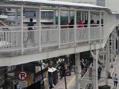 Penampakan jembatan penyeberangan multiguna (JPM) atau Skybridge Tanah Abang, Jakarta, Kamis (7/2). Mulai 7 Februari 2019, pejalan kaki dilarang melewati Jalan Jatibaru yang berada di bawah Skybridge Tanah Abang. (Liputan6.com/Herman Zakharia)