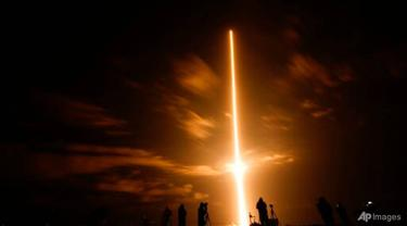 Roket SpaceX Falcon 9 dengan kapsul luar angkasa Crew Dragon lepas landas dari pad 39A di Kennedy Space Center pada 23 April 2021 di Cape Canaveral, Florida.