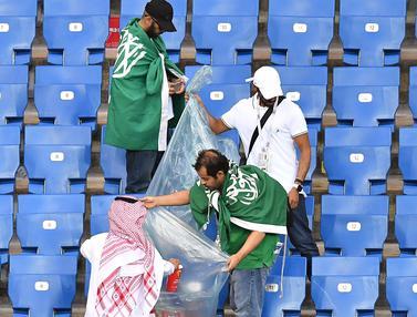 Aksi Suporter Pungut Sampah di Stadion