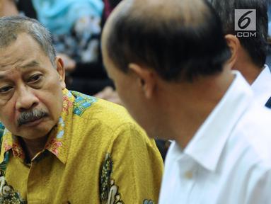 Ketua Pengadilan Tinggi Manado, Sudiwardono berbincang jelang mengikuti sidang perdana di Pengadilan Tipikor, Jakarta, Rabu (28/2). Sudiwardono didakwa menerima suap dari Aditya A Moha untuk memengaruhi putusan banding. (Liputan6.com/Helmi Fithriansyah)