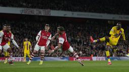 Crystal Palace hampir menyamakan skor pada menit ke-28 melalui Christian Benteke. Sepakan kaki kirinya masih mampu ditangkap kiper Arsenal, Aaron Ramsdale. (AP/Alastair Grant)