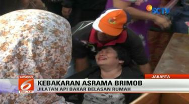 Wanita yang menghuni Asrama Brimob Cipinang ini menangis menyaksikan tempat tinggalnya hangus dilalap api.