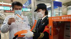 Seorang staf dari Pusat Medis Darurat Beijing mendemonstrasikan penggunaan automated external defibrillator (AED) kepada petugas kereta bawah tanah di Beijing, China, 27 Oktober 2020. Beijing pada Selasa (27/10) mulai melengkapi sistem transportasi berbasis relnya dengan AED. (Xinhua/Zhang Chenlin)