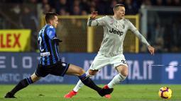 Striker Juventus, Federico Bernardeschi, berusaha melewati bek Atalanta, Rafel Toloi, pada perempat final Copa Italia di Stadion Atleti Azzurri d'Italia, Bergamo, Rabu (30/1). Atalanta menang 3-0 atas Juventus. (AP/Paolo Magni)