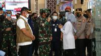 Panglima TNI Marsekal Hadi Tjahjanto meninjau vaksinasi Covid-19 di Cilacap, Jawa Tengah. (Foto: Liputan6.com/Polres Cilacap)