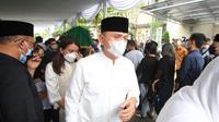 Ketua PSSI, Mochamad Iriawan, mengantarkan sang ibu, Almarhumah Hj. Laila Solihaty binti Herman Karl Schneider di TPU Sirnaraga, Kota Bandung, Selasa (1/6/2021) siang. (Bola.com/Erwin Snaz)