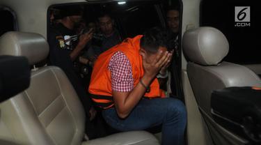Direktur PT Navy Arsa Sejahtera, Mujib Mustoda penyuap Dirut Perum Perindo, Risyanto Suanda menutupi wajahnya usai menjalani pemeriksaan 1x24 jam oleh penyidik terkait kasus suap izin kuota impor jenis ikan frozen pacific mackerel di Gedung KPK, Jakarta, Rabu (25/9/2019). (merdeka.com/Dwi Narwoko)