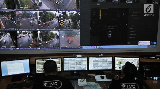 Petugas TMC memantau kendaraan di ruang kontrol Ditlantas Polda Metro Jaya, Jakarta, Senin (1/10). Uji coba sistem tilang elektronik atau electronic traffic law enforcment (ETLE) berlaku mulai 1 Oktober. (Merdeka.com/Iqbal S. Nugroho)