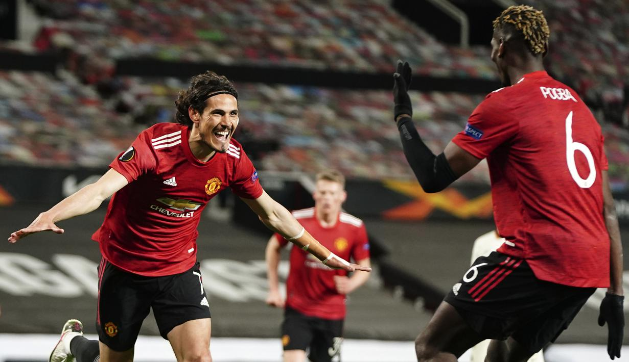 Striker Manchester United, Edinson Cavani (kiri) melakukan selebrasi usai mencetak gol ketiga timnya ke gawang AS Roma dalam laga leg pertama semifinal Liga Europa 2020/2021 di Old Trafford Stadium, Manchester, Kamis (29/4/2021). Manchester United menang 6-2 atas AS Roma. (AP/Jon Super)