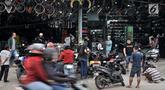 Warga menyervis motor di salah satu bengkel di Jalan Otista, Jakarta, Minggu (26/5/2019). Jelang Idul Fitri atau Lebaran, jumlah pelanggan bengkel motor di kawasan Otista meningkat, mulai dari menyervis mesin hingga membeli perlengkapan guna kesiapan mudik mendatang. (merdeka.com/Iqbal S. Nugroho)