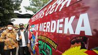 Bupati Sidoarjo Gus Muhdlor dan Wali Kota Surabaya Eri Cahyadi melepas mobil vaksin Surabaya ke Sidoarjo. (Dian Kurniawan/Liputan6.com)