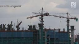 Pemandangan proyek pembangunan gedung di Jakarta, Sabtu (28/4). Menurut Menteri Koordinator Bidang Perekonomian Darmin Nasution, pertumbuhan ekonomi wajib meningkat hingga 6 persen lebih mulai 2019. (Liputan6.com/Angga Yuniar)