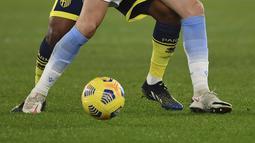 Gelandang Lazio, Gonzalo Escalante berusaha mengontrol bola dari kawalan gelandang Parma, Wylan Cyprien pada babak 16 besar Coppa Italia di Stadion Olimpiade Roma di Roma, Italia (22/1/2021).  Lazio melaju ke babak perempat final atau 8 besar Coppa italia 2020/2021. (Alfredo Falcone/LaPresse via AP)
