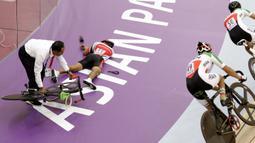 Pebalap sepeda Indonesia, M Habib, terjatuh saat beraksi pada Asian Para Games di Velodrome, Jakarta, Kamis (11/10/2018). Tim Indonesia berhasil meraih medali perunggu. (Bola.com/M Iqbal Ichsan)