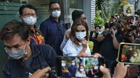 Artis Gisella Anastasia atau Gisel usai memenuhi panggilan polisi terkait kasus penyebaran video syur mirip dirinya di Mapolda Metro Jaya, Jakarta, Selasa (17/11/2020). Gisel hadir untuk memberi keterangan terkait video yang ramai diperbincangkan oleh netizen. (Liputan6.com/ Herman Zakharia)