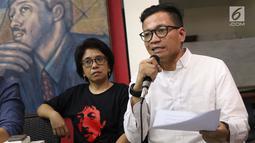 Direktur Amnesty Internasional, Usman Hamid (kanan) saat menyampaikan keterangan bersama terkait 15 tahun terbunuhnya aktivis HAM Munir di Jakarta, Jumat (6/9/2019). Koalisi Keadilan untuk Munir mendesak pemerintah tegas dan serius menuntaskan kasus Munir. (Liputan6.com/Helmi Fithriansyah)
