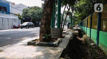 Kondisi lalu lintas di sekitar trotoar yang rusak di kawasan Blok S, Jakarta, Kamis (4/3/2021). Dinas Bina Marga Provinsi DKI Jakarta akan merevitalisasi trotoar sepanjang 4,6 kilometer di kawasan Kebayoran Baru, Jakarta Selatan. (Liputan6.com/Faizal Fanani)