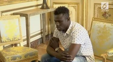Mamoudou Gassama diangkat jadi warga negara Prancis setelah aksinya memanjat gedung bertingkat demi selamatkan bocah.