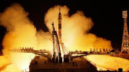 Roket Soyuz-FG dengan pesawat luar angkasa Soyuz MS-08 meluncur ke Stasiun Luar Angkasa Internasional (ISS), Kazakhstan, Rabu (21/3). Roket membawa kosmonot Rusia Oleg Artemyev dan astronot AS Richard Arnold dan Andrew Feustel. (AP Photo/Dmitri Lovetsky)