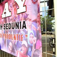 """""""Hidup untuk cinta, bukan untuk pabrik,"""" begitu sepenggal tulisan pada spanduk di Hari Buruh kemarin."""