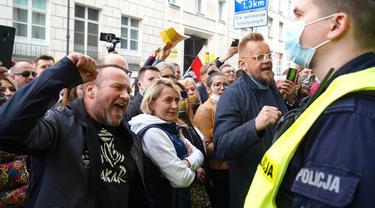 Para pengusaha berdemonstrasi di Warsawa, Polandia, Kamis (7/5/2020). Para pengusaha mendesak pemerintah lebih banyak dalam membantu bisnis mereka agar mampu bertahan menghadapi pandemi virus corona COVID-19.(JANEK SKARZYNSKI/AFP)