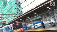 Kereta commuterline melintas dekat proyek pembangunan Apartemen Mahata Tanjung Barat di sekitar Stasiun Tanjung Barat, Jakarta, Kamis (30/1/2020). Proyek ini menempel Stasiun Tanjung Barat dan dekat dengan pusat perkantoran, pusat perbelanjaan, dan tempat rekreasi. (Liputan6.com/Immanuel Antonius)