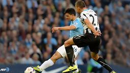 Tendangan keras Kun Aguero Gandakan Keunggulan Manchester City pada laga Liga Premier Inggris antara Manchester City dan Newcastle United di Etihad Stadium, Selasa (20 Agustus 2013) (AFP/Andrew Yates)