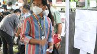 Calon Wali Kota Solo Nomor Urut 1, Gibran Rakabuming Raka usai mencoblos di TPS 22 Manahan Solo. (Liputan6.com/Fajar Abrori)