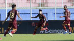 Gelandang PSM Makassar, Saldy (tengah) melakukan selebrasi usai mencetak gol pertama timnya ke gawang Borneo FC dalam laga matchday ke-3 Grup B Piala Menpora 2021 di Stadion Kanjuruhan, Malang, Rabu (31/3/2021). (Bola.com/M Iqbal Ichsan)