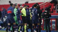Pemain Paris Saint Germain meninggalkan lapangan pada pertandingan sepak bola grup H Liga Champions antara Paris Saint Germain dan Istanbul Basaksehir di stadion Parc des Princes di Paris, Selasa 8 Desember, 2020. (Foto AP / Francois Mori)