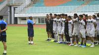 Miftahudin Mukson memberikan arahan kepada para pemain Tira Persikabo dalam sesi latihan. (Bola.com/Permana Kusumadijaya)