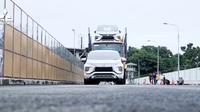 Mitsubishi Xpander diuji dengan menarik carousel dan juga truk trailer bermuatan enam Xpander seberat 24 ton. (Dok Mitsubishi)