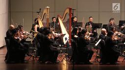 Pemain orkestra saat tampil dalam konser Jakarta City Philharmonic di Taman Ismail Marzuki, Jakarta, Rabu (16/5). Konser berusaha mengartikan air sebagai kehidupan dalam keberlanjutan ekosistem makhluk hidup di lingkungannya. (Liputan6.com/Arya Manggala)