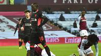 Pemain Liverpool, Sadio Mane, merasakan sedikit nyeri pada pinggulnya usai mencetak gol ke gawang Aston Villa dalam lanjutan Piala FA, Sabtu (9/1/2021) dini hari WIB. (AP Photo/Rui Vieira)