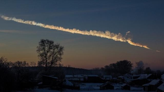 Ledakan meteor di Chelyabinsk, Rusia. (http://earthsky.org)